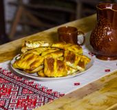 Tradiciniai sūrio pyragėliai ir vynas