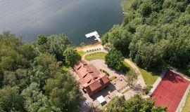 Vila ežero pakrantėje